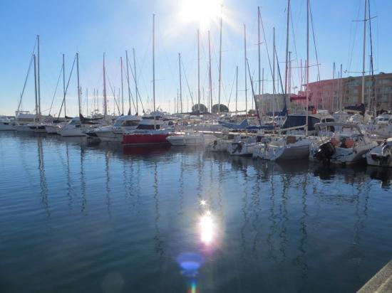 Le port de Cavalaire, on est attirés par les bateaux